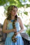 Blonde Frau im eleganten Kleid mit einer Pythonschlange Lizenzfreie Stockfotografie