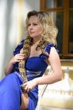 Blonde Frau im eleganten Kleid mit einer Pythonschlange Lizenzfreie Stockfotos