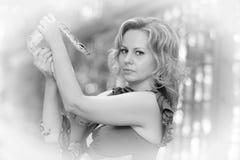 Blonde Frau im eleganten Kleid mit einer Pythonschlange, Weinleseschwarzweiss-Foto, Lizenzfreie Stockfotos