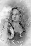 Blonde Frau im eleganten Kleid mit einer Pythonschlange, Weinleseschwarzweiss-Foto, Lizenzfreie Stockfotografie