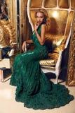 Blonde Frau im eleganten Pailletten-Kleid, das im luxuriösen Innenraum aufwirft Stockfotos