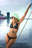 "Blonde Frau im Farbe-two†""Stückbadeanzug und auf Yacht Stockfotografie"