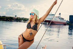 "Blonde Frau im Farbe-two†""Stückbadeanzug und auf Yacht Lizenzfreie Stockfotos"