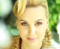 Blonde Frau im Freien Stockfoto