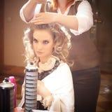 Blonde Frau im Friseursalon Lizenzfreie Stockfotos