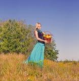 Blonde Frau im Garten mit Äpfeln Stockbild
