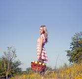 Blonde Frau im Garten mit Äpfeln Lizenzfreies Stockbild