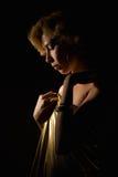 Blonde Frau im Goldgewebe Stockbilder