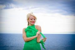 Blonde Frau im grünen Kleid Stockfotografie