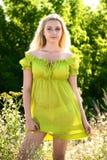 Blonde Frau im grünen Kleid im Freien Stockfotos