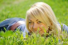 Blonde Frau im Gras Lizenzfreie Stockbilder