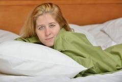 Blonde Frau im Hemd der tragenden Männer des Betts Lizenzfreie Stockfotos