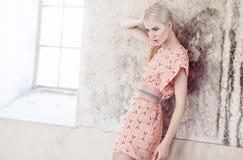 Blonde Frau im Hemdrosa-Sommerkleid Stockbilder