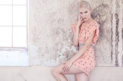 Blonde Frau im Hemdrosa-Sommerkleid Lizenzfreies Stockfoto