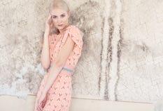 Blonde Frau im Hemdrosa-Sommerkleid Stockfotografie