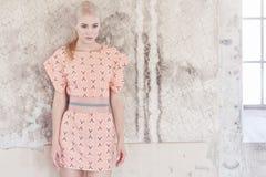 Blonde Frau im Hemdrosa-Sommerkleid Lizenzfreie Stockfotos