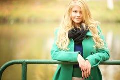 Blonde Frau im Herbstpark Stockfoto