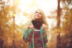 Blonde Frau im Herbstpark Stockfotos