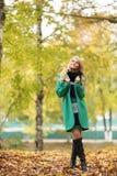 Blonde Frau im Herbstpark Lizenzfreie Stockbilder
