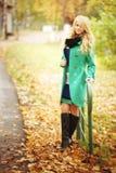 Blonde Frau im Herbstpark Stockbilder
