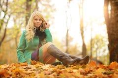 Blonde Frau im Herbstpark Stockbild