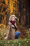 Blonde Frau im Herbstwald Stockbild