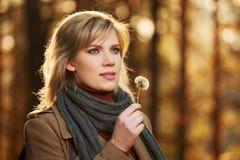 Blonde Frau im Herbstwald Lizenzfreie Stockfotografie