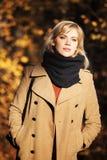 Blonde Frau im Herbstwald Lizenzfreie Stockfotos