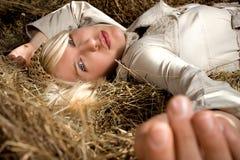 Blonde Frau im Heuschober Lizenzfreie Stockfotografie
