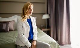 Blonde Frau im Hotelzimmer Lizenzfreies Stockfoto