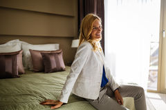 Blonde Frau im Hotelzimmer Lizenzfreies Stockbild
