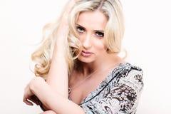 Blonde Frau im Kleiderporträt, das auf Kamera schaut Stockbild