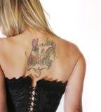 Blonde Frau im Korsett mit rückseitiger Tätowierung Stockfoto