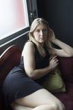 Blonde Frau im kurzen schwarzen Kleid Lizenzfreies Stockfoto