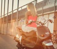 Blonde Frau im kurzen sexy scirt und im rosa Hemd Lizenzfreie Stockfotos