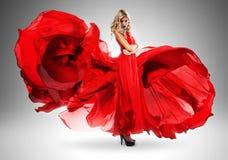 Blonde Frau im langen schönen roten Kleid Lizenzfreie Stockfotografie