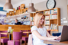 Blonde Frau im modernen Stadtcafé, das an Notizbuch arbeitet Lizenzfreie Stockfotografie