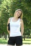 Blonde Frau im Park Lizenzfreies Stockfoto