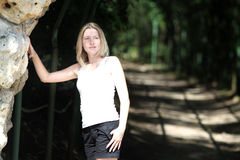 Blonde Frau im Park Lizenzfreies Stockbild