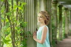 Blonde Frau im Park Herbst, Fall outdoor Stockfotografie