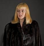 Blonde Frau im Pelzmantel Stockfotos