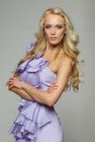 Blonde Frau im purpurroten Kleid Stockbilder