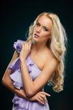 Blonde Frau im purpurroten Kleid Lizenzfreie Stockfotos
