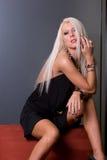 Blonde Frau im reizvollen Kleid Stockfoto
