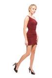 Blonde Frau im reizvollen roten Kleid Lizenzfreies Stockfoto