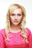 Blonde Frau im Rosa Lizenzfreies Stockfoto