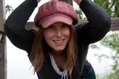 Blonde Frau im rosafarbenen Hut, der heraus hängt Lizenzfreies Stockfoto