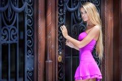 Blonde Frau im rosafarbenen Kleid Lizenzfreies Stockbild