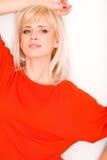 Blonde Frau im Rot Stockbild