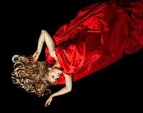 Blonde Frau im Rot mit dem Goldhaar Stockfotos